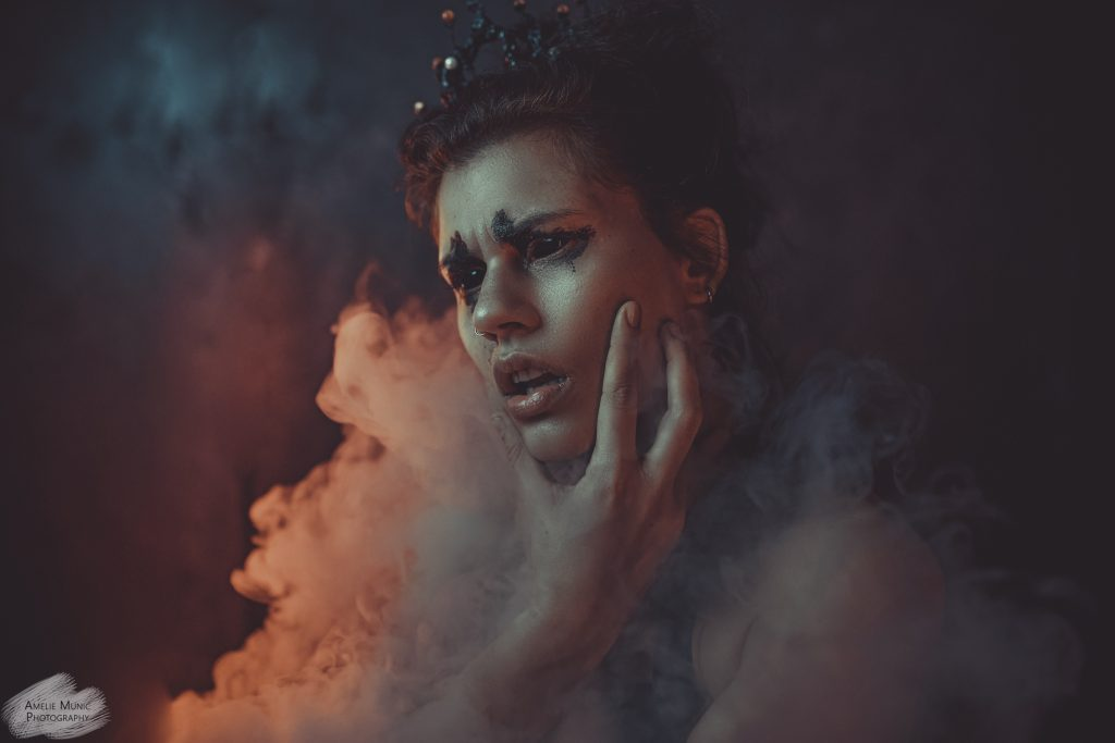 man sieht eine Frau im Rauch verschwinden