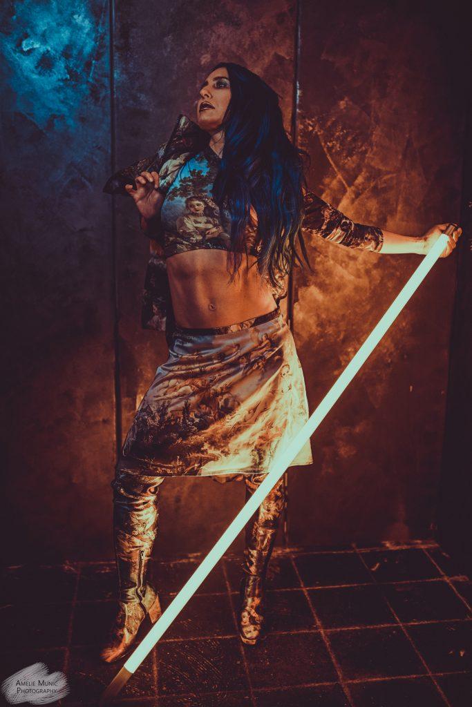 Frau mit Neon Leuchtröhre